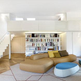 Immagine di un soggiorno contemporaneo aperto con pareti bianche, parquet chiaro e pavimento beige