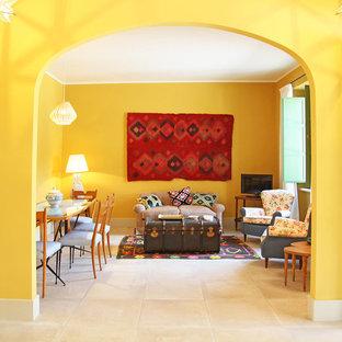 Idee per un soggiorno bohémian con pareti gialle, nessun camino, pavimento beige e TV autoportante