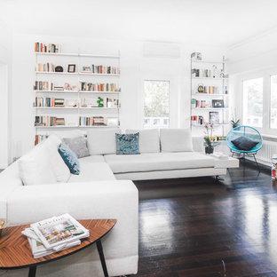 Esempio di un soggiorno minimal con pareti bianche, parquet scuro, TV autoportante e pavimento marrone
