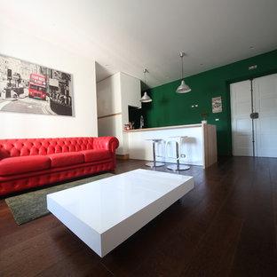 Immagine di un soggiorno eclettico con pareti verdi, parquet scuro e pavimento marrone