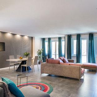 Esempio di un soggiorno design di medie dimensioni e aperto con pareti bianche, pavimento in marmo, TV a parete e pavimento grigio