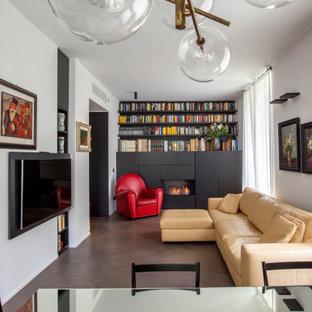 Ispirazione per un soggiorno contemporaneo chiuso con libreria, pareti bianche, parquet scuro, TV a parete e pavimento marrone