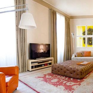 Immagine di un soggiorno design di medie dimensioni con pareti beige, parquet chiaro e TV autoportante