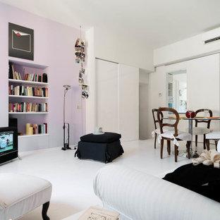 Modernes Wohnzimmer mit weißer Wandfarbe, hellem Holzboden und lila Boden in Mailand