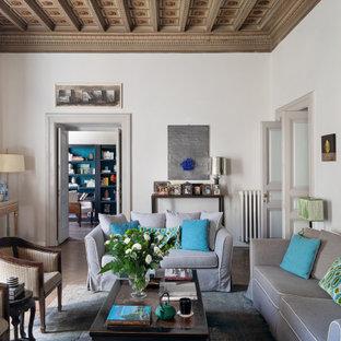 Idee per un soggiorno minimal chiuso con pareti bianche, parquet scuro, pavimento marrone e soffitto a cassettoni