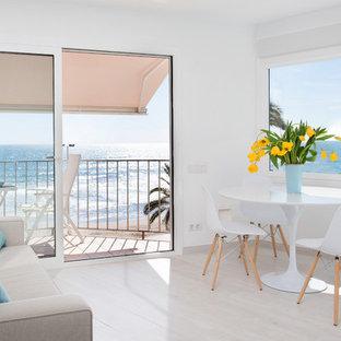 フィレンツェの中くらいのビーチスタイルのおしゃれなオープンリビング (白い壁、淡色無垢フローリング、暖炉なし、テレビなし) の写真