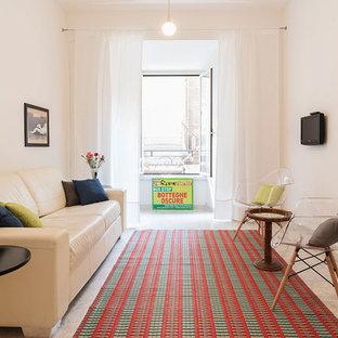 Idee per un piccolo soggiorno design chiuso con pareti bianche, TV a parete e pavimento beige