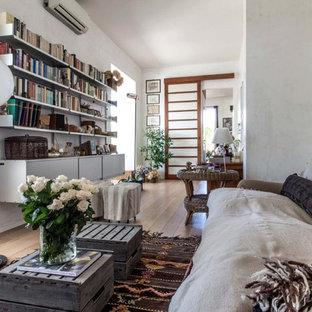 Esempio di un soggiorno minimal aperto con pareti bianche e parquet chiaro
