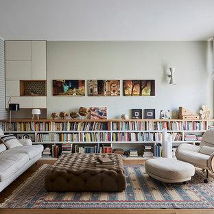 Modernes Wohnzimmer mit bunten Wänden, braunem Holzboden und braunem Boden in Mailand