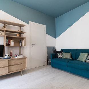 Ejemplo de sala de estar cerrada, escandinava, con paredes azules, suelo de madera clara, televisor independiente y suelo beige