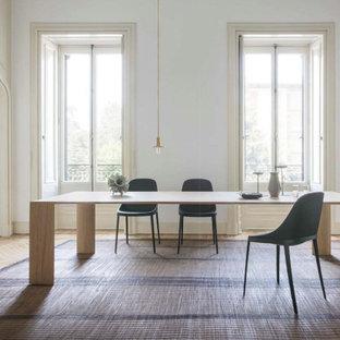 Foto di un grande soggiorno design chiuso con pareti bianche, parquet chiaro, pavimento beige, sala formale e soffitto a volta