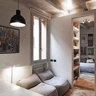 Imagen de sala de estar abierta, moderna, pequeña, con paredes blancas y suelo de ladrillo