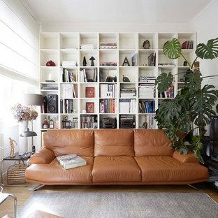 Ispirazione per un soggiorno moderno di medie dimensioni e chiuso con pareti bianche, parquet chiaro e TV autoportante
