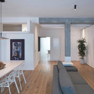 Idee per un soggiorno design di medie dimensioni e chiuso con pareti bianche, nessun camino, parete attrezzata, pavimento in legno massello medio e pavimento marrone