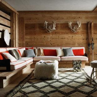 Esempio di un soggiorno stile rurale con pareti marroni, parquet chiaro e pavimento beige