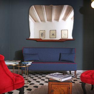 Modelo de sala de estar tipo loft, de estilo de casa de campo, de tamaño medio, sin chimenea y televisor, con paredes multicolor, suelo laminado y suelo multicolor