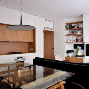 Ispirazione per un soggiorno minimal aperto con pareti bianche, pavimento in legno massello medio, TV a parete e pavimento marrone