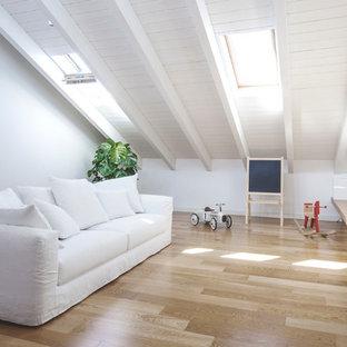 Свежая идея для дизайна: открытый комната для игр среднего размера в современном стиле с белыми стенами, светлым паркетным полом и бежевым полом - отличное фото интерьера