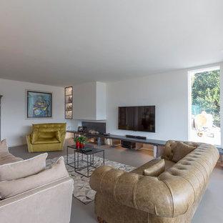 Esempio di un soggiorno contemporaneo aperto con pareti bianche, TV a parete e pavimento grigio