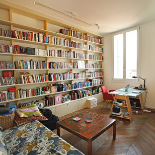 Immagine di un soggiorno contemporaneo di medie dimensioni con libreria, pareti bianche, pavimento in legno massello medio e pavimento marrone