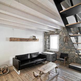 Foto di un soggiorno stile rurale di medie dimensioni e chiuso con pareti bianche e parquet chiaro