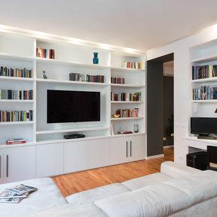 Ispirazione per un soggiorno contemporaneo chiuso con pareti bianche, pavimento in legno massello medio, parete attrezzata e pavimento marrone