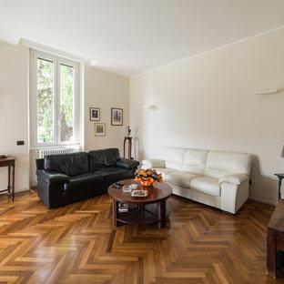 Idee per un grande soggiorno minimal aperto con pareti beige e pavimento in legno massello medio