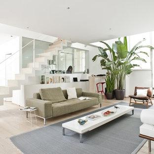 Immagine di un grande soggiorno contemporaneo con pareti bianche, parquet chiaro e TV autoportante