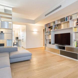 Idee per un grande soggiorno minimal aperto con parquet chiaro, parete attrezzata, pavimento beige, pareti grigie e nessun camino