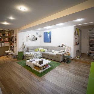 Ispirazione per un grande soggiorno contemporaneo aperto con pareti verdi e pavimento in bambù