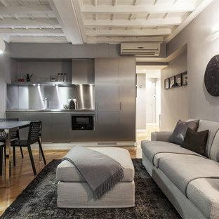 Idee per un grande soggiorno design aperto con pareti grigie e parquet chiaro