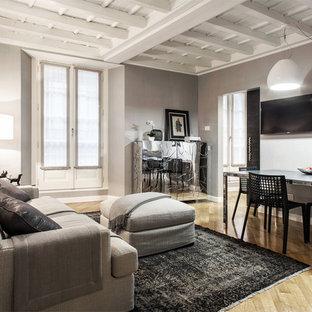 Ispirazione per un soggiorno contemporaneo chiuso con pareti grigie, pavimento in legno massello medio e TV a parete