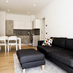 Esempio di un soggiorno minimal aperto con pareti bianche, parquet chiaro, TV autoportante e pavimento beige