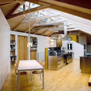 Idee per un ampio soggiorno design con parquet chiaro e pareti bianche