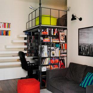 Modelo de sala de estar industrial, pequeña, con paredes blancas y suelo de madera oscura