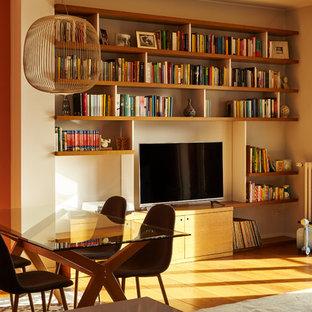 Immagine di un piccolo soggiorno moderno aperto con libreria, pareti arancioni, parquet scuro e pavimento marrone