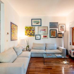Ispirazione per un soggiorno design di medie dimensioni e aperto con pareti bianche, parquet scuro e pavimento marrone