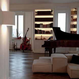 Foto di un grande soggiorno moderno aperto con sala della musica, pareti bianche, parquet scuro, camino lineare Ribbon, cornice del camino in intonaco, TV nascosta e pavimento marrone