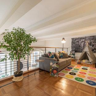 Immagine di un soggiorno classico stile loft con pareti bianche, pavimento in legno massello medio e pavimento marrone