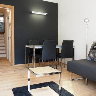 Ispirazione per un soggiorno minimal chiuso con pareti nere e parquet chiaro