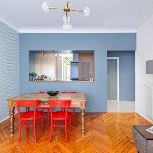 Mittelgroßes, Offenes Nordisches Wohnzimmer mit hellem Holzboden und Tapetenwänden in Turin