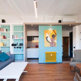 Foto di un piccolo soggiorno design con pareti blu, pavimento in legno massello medio e pavimento marrone