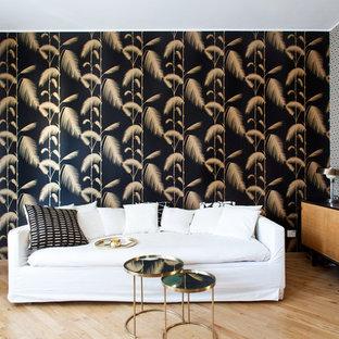 Foto di un piccolo soggiorno eclettico con pareti multicolore, pavimento in legno massello medio, nessun camino e pavimento marrone