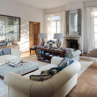 Idee per un soggiorno chic con sala formale, pareti bianche, parquet chiaro, camino classico e pavimento beige