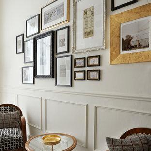 フィレンツェの小さいトラディショナルスタイルのおしゃれなオープンリビング (ライブラリー、白い壁、大理石の床、標準型暖炉、木材の暖炉まわり、白い床) の写真
