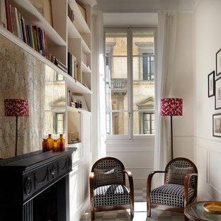 Modelo de sala de estar con biblioteca abierta, clásica, pequeña, con paredes blancas, suelo de mármol, chimenea tradicional, marco de chimenea de madera y suelo blanco