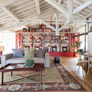 Inspiration pour une très grand salle de séjour avec une bibliothèque ou un coin lecture méditerranéenne avec un sol en bois clair.