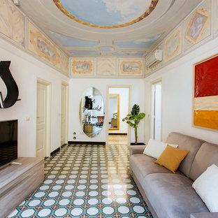 Foto di un soggiorno mediterraneo di medie dimensioni e aperto con libreria, pareti bianche, pavimento con piastrelle in ceramica, TV autoportante e pavimento multicolore