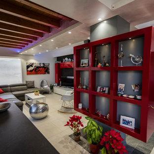 カターニア/パルレモの大きいコンテンポラリースタイルのおしゃれなファミリールーム (ホームバー、白い壁、磁器タイルの床、両方向型暖炉、レンガの暖炉まわり、壁掛け型テレビ、白い床) の写真