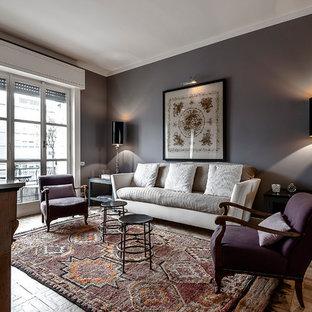 Foto di un soggiorno classico con pareti grigie e parquet chiaro